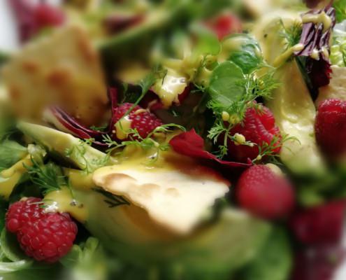 Knackiger Salat mit Avocado und frischen Himbeeren Edda Schmidt Catering Leipzig Fingerfood