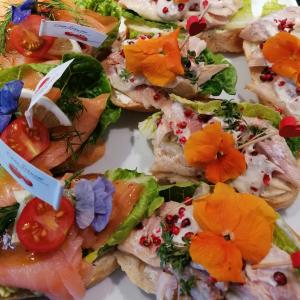 Canapeés Fisch und frische Blumen Catering Leipzig