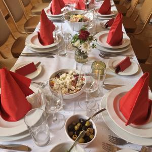 Eingedeckter Tisch mit Vorspeisen Catering Leipzig
