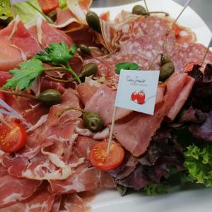 Kalte Platte mit Antipasti, Käse, Wurst